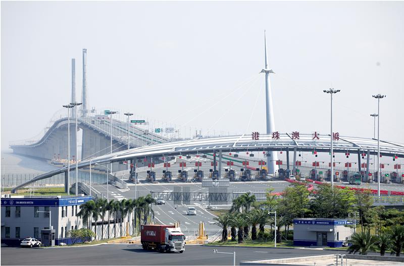 通车一年来,三地不断放宽大桥的通行政策,让往来的人员、车辆更加便利。南方日报记者 关铭荣 摄.png