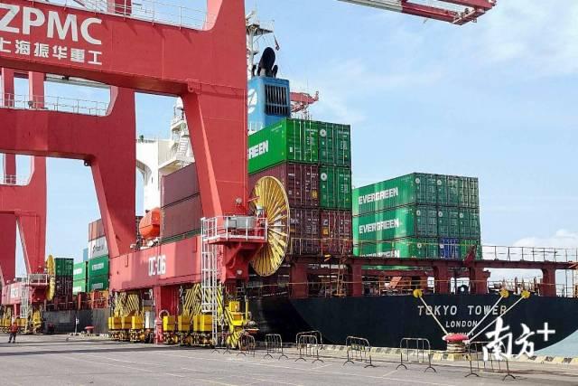3月25日,长荣海运东南亚航线CVT顺利挂靠南沙集装箱三期码头