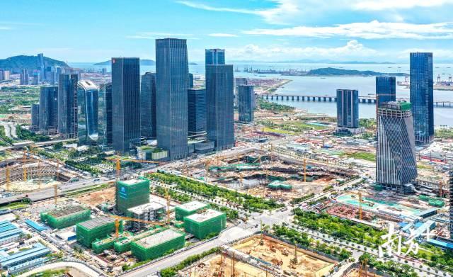 2020年8月,建设中的深圳前海蛇口自贸片区,高楼拔地而起。南方日报记者 朱洪波 摄