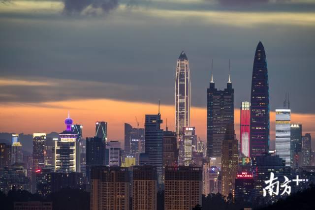 2020年6月,平安大厦、京基100、地王大厦交替成为深圳市的地标,最早期的地标国贸大厦缩落在左侧建筑群中。