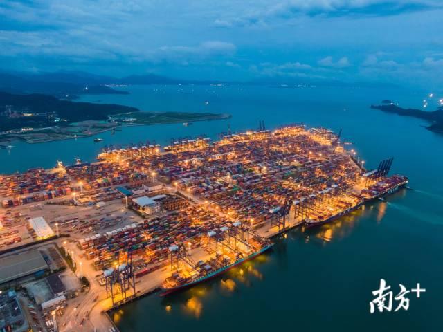 2020年6月,入夜的盐田港灯火通明,它是世界集装箱吞吐量最大的港口之一。