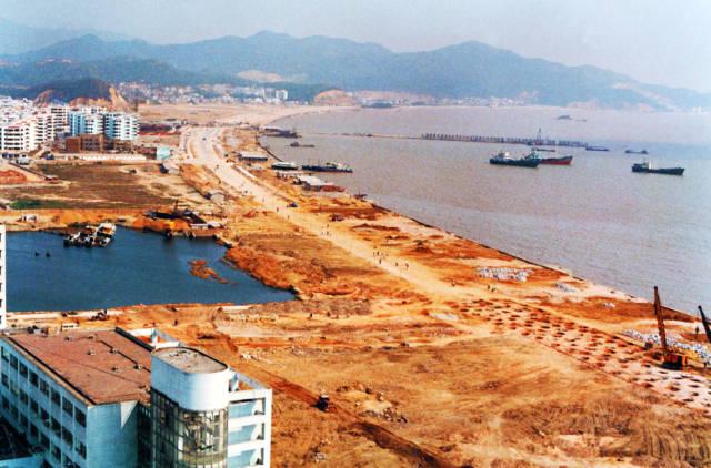 1991年,正在建设中的珠海香洲湾情侣中路。
