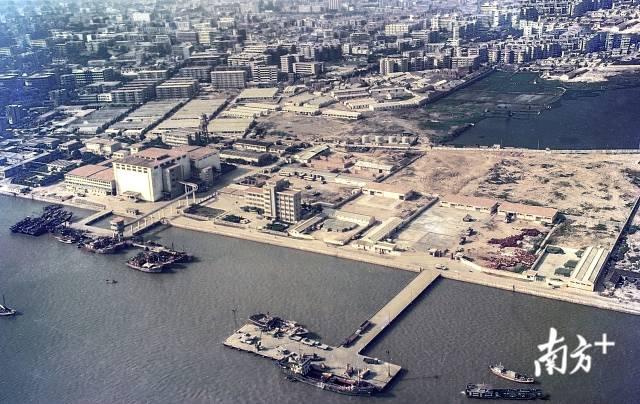 1989年,正在建设中的汕头海滨路。