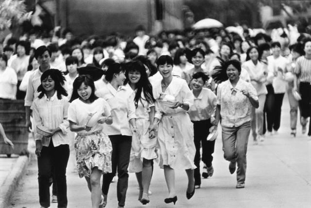 1989年,深圳蛇口凯达玩具厂下班的女工。