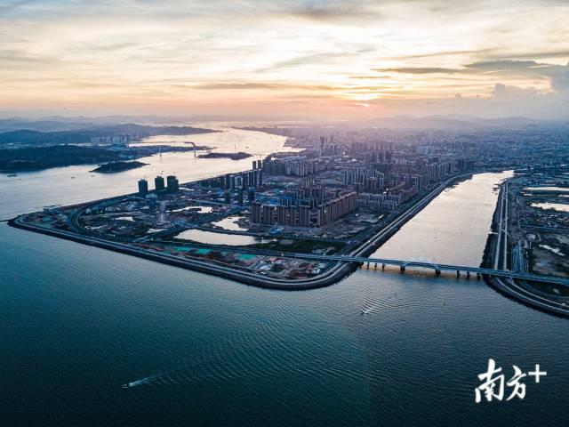 2020年6月,汕头东海岸新城正在如火如荼地建设中。