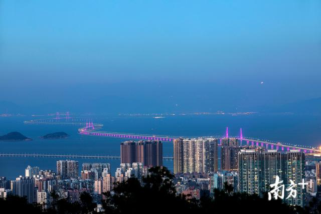 一桥飞架三地,港珠澳大桥的建成使得粤港澳三地联系更加紧密。