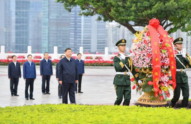 10月14日下午,习近平来到莲花山公园,向邓小平同志铜像敬献花篮。新华社记者 李响 摄