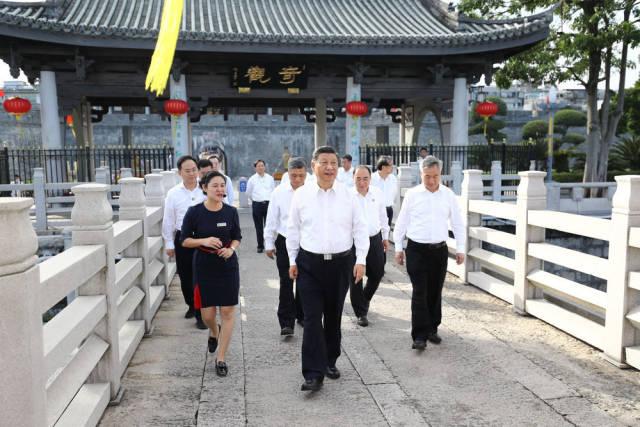 10月12日下午,习近平在潮州市察看广济桥,了解桥梁历史文化特色,听取修复保护情况介绍。新华社记者 鞠鹏 摄