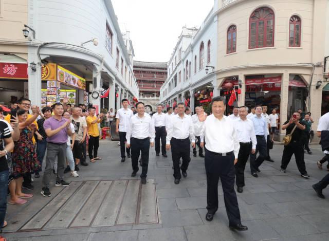 10月12日下午,习近平在潮州古城牌坊街考察时,向群众挥手致意。新华社记者 王晔 摄