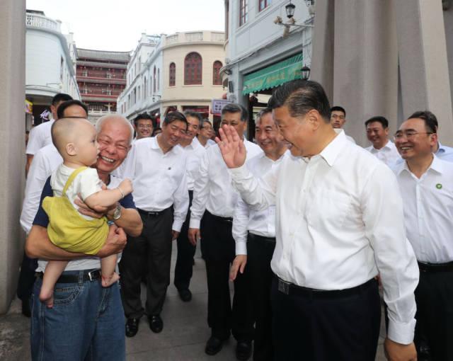 10月12日下午,习近平在潮州古城牌坊街考察时,同群众亲切交流。新华社记者 王晔 摄