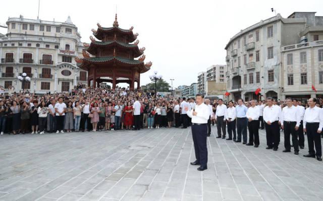 10月13日下午,习近平在汕头市小公园开埠区,同当地群众和游客亲切交流。新华社记者 鞠鹏 摄